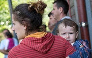 Mutter mit Kind auf dem Arm © Nicole Cronauge Bistum Essen, pfarrbriefservice.de